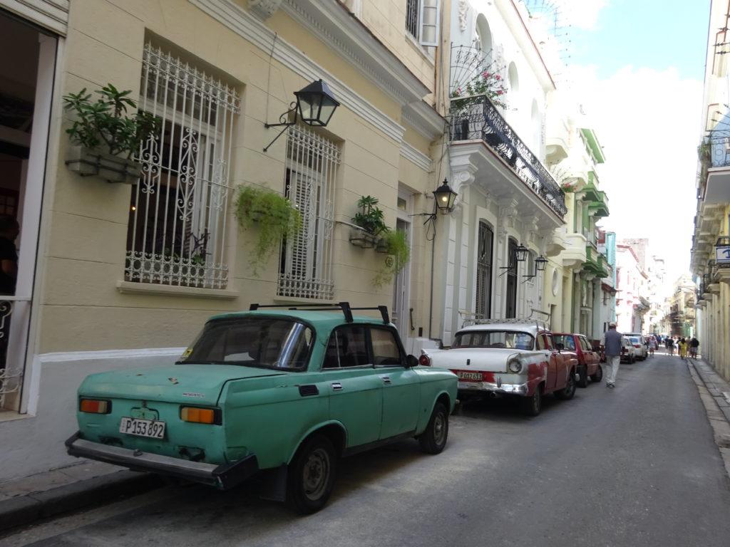 キューバの街並みとレトロカー