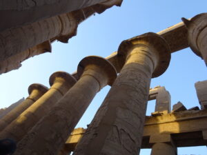 エジプトのルクソールのカルナック神殿の大列柱室