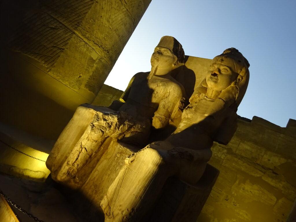 カルナック神殿のツタンカーメンと王妃の像