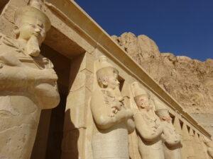 ハトシェプスト女王葬祭殿のテラスに並ぶ、冥界の王オシリスに模したハトシェプスト像