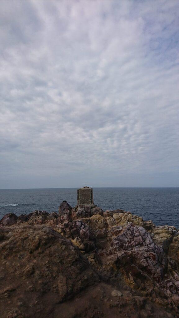 山口県長門市の元乃隅稲成神社の岩肌