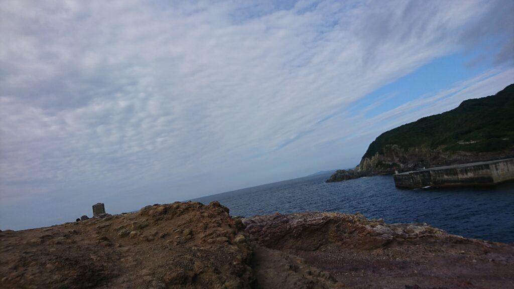 山口県長門市の元乃隅稲成神社の日本海沿いにある岩肌
