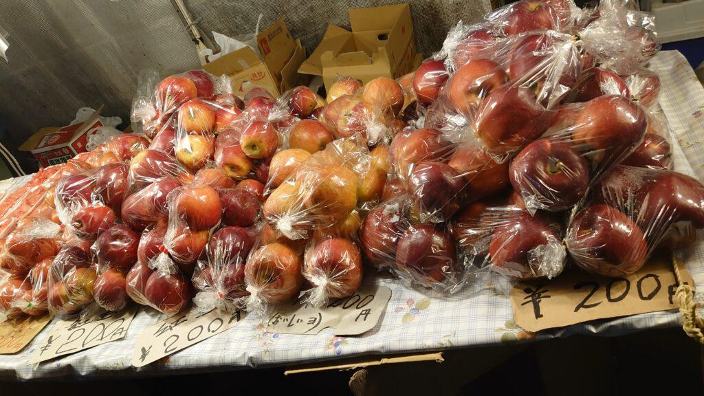 青森県八戸市の館鼻岩壁朝市のりんご