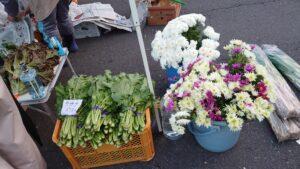青森県八戸市の館鼻岩壁朝市の野菜とお花
